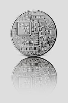 Silber bitcoin. rückseite der münze. reflexion einer münze auf einer grau glänzenden oberfläche. kryptowährung und blockchain-handelskonzept.