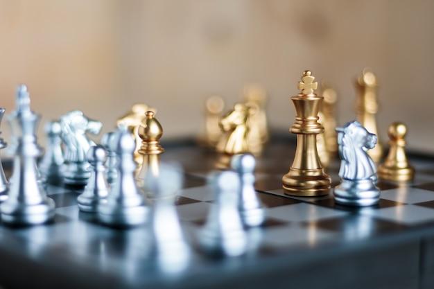 Silber und golden mit feind im spiel metapher taktik und business-plan-konzept
