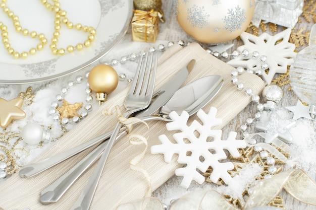 Silber und goldene weihnachtstischdekoration mit weihnachtsdekorationen