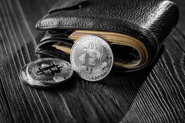 Silber- und goldmünzen mit bitcoin-, kräusel- und äthereumsymbol auf holz
