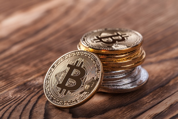 Silber- und goldmünzen von bitcoin
