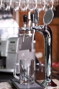 Silber wasserhahn zum eingießen von bier