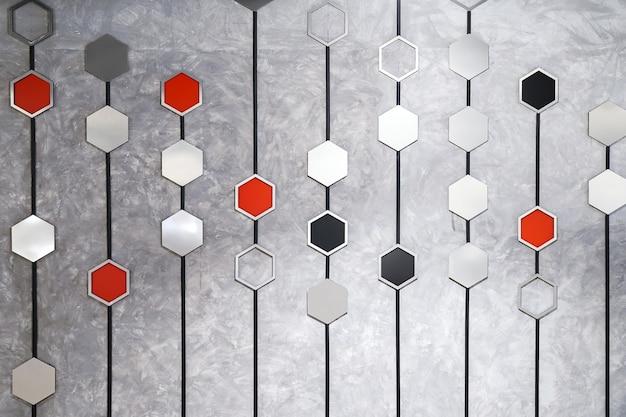 Silbergraues rotes schwarzes hexagon auf schwarzer linie schmücken an einer loftwand an einem ort in thailand