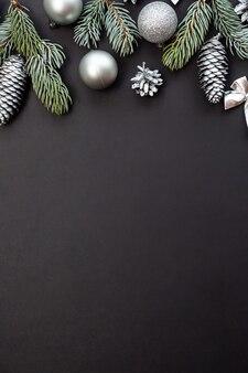 Silberkegel und weihnachtskugeln