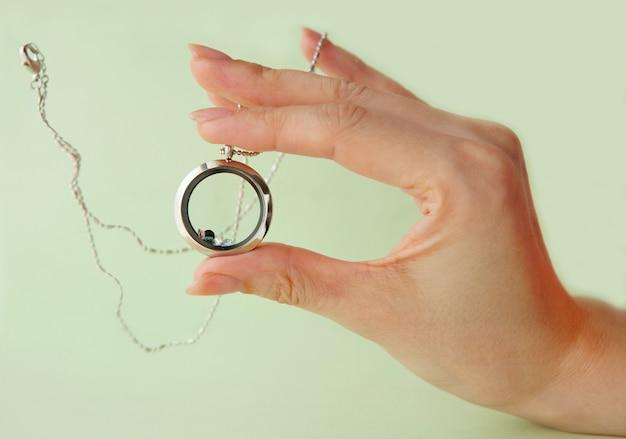 Silberkette für sie, die auf der hand der frau glänzt luxus silberschmuck ketten mit glas und kristall