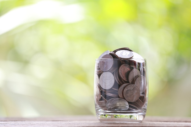 Silbermünze im glas wird gelegt