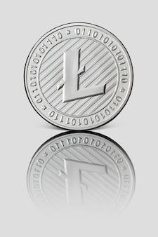 Silbermünze litecoin mit reflektierter vorderseite der münze auf weißer glänzender oberfläche. neues konzept für virtuelles geld