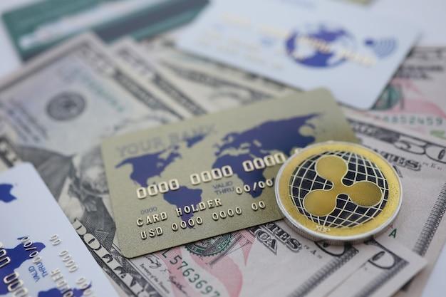 Silbermünze welligkeit xrp nahaufnahme liegen auf dem tisch mit dollarpapier und kreditkarte