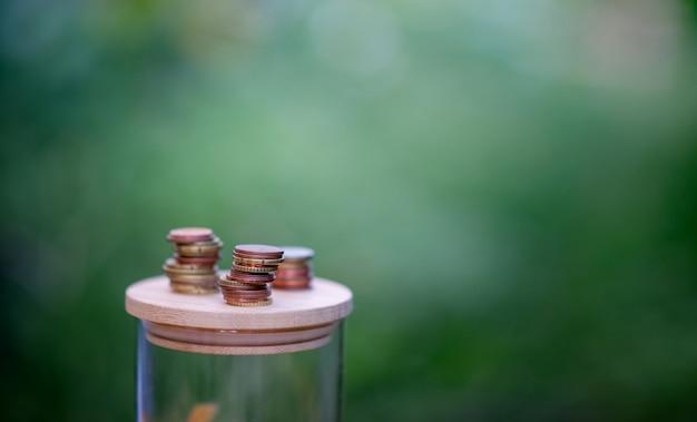 Silbermünzen, geld sparen für die zukunft das konzept der verwendung von geld, um geld zu wissen