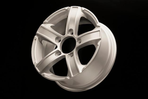 Silberne 5-speichen-leichtmetallfelge für einen crossover oder suv auf schwarz.