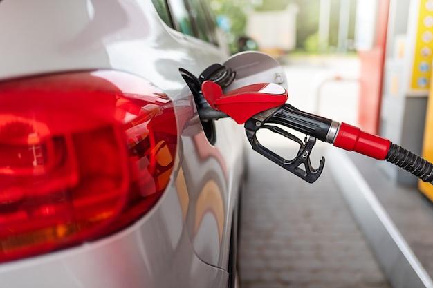 Silberne autotankung an der tankstelle, das konzept der kraftstoffenergie