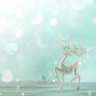 Silberne funkeln weihnachtsrotwild auf blauem hintergrund mit lichtern bokeh, kopienraum.
