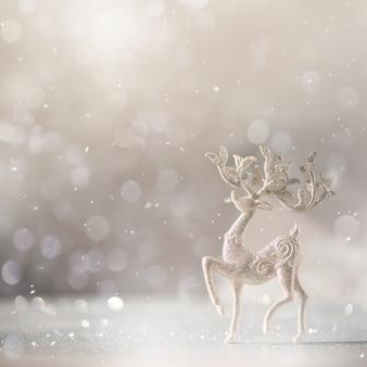 Silberne funkeln weihnachtsrotwild auf grauem hintergrund mit lichtern bokeh, kopienraum.