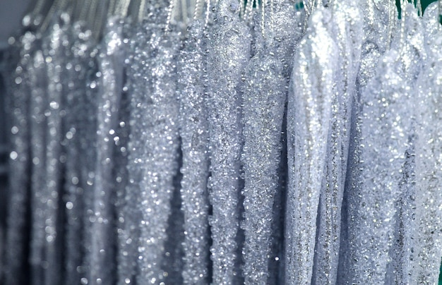 Silberne glitzerdekorationen mit bokeh-lichteffekt