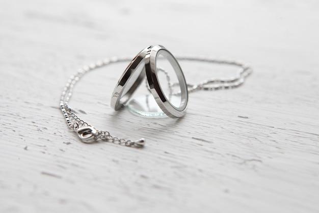 Silberne halskette auf weißem strukturiertem hintergrund