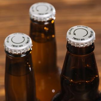 Silberne kappe auf bierflasche