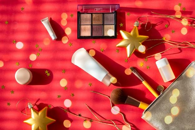 Silberne kosmetiktasche mit make-up, lidschatten, gesichtsbürsten, cremes und lotionen o. ä
