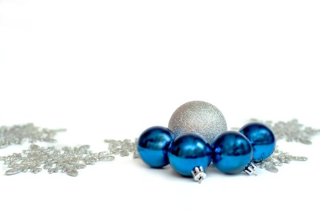 Silberne kugel. weihnachtsdekoration