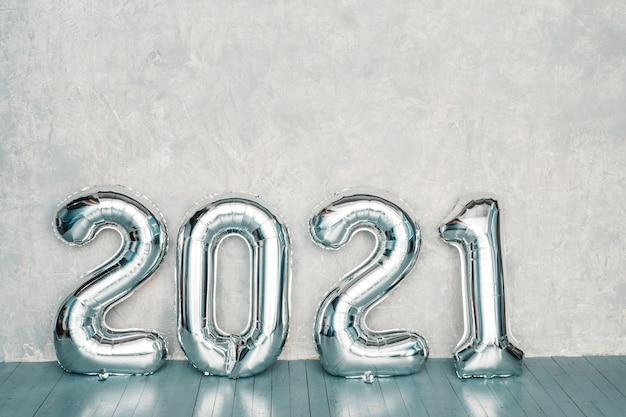 Silberne luftballons 2021. frohes neues jahr 2021. metallische zahlen 2021