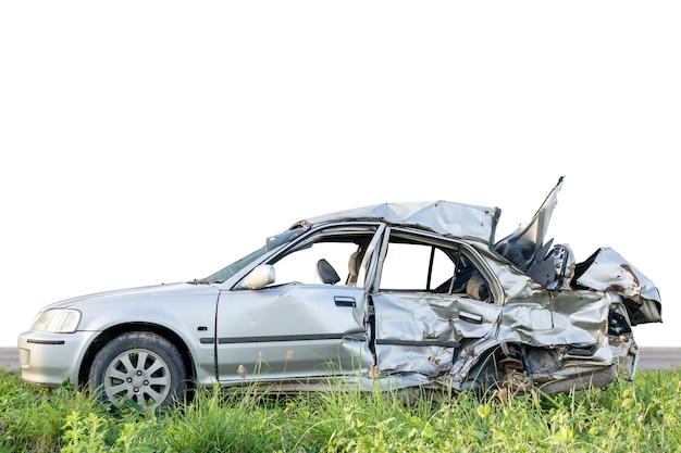 Silberne moderne autos werden durch unfall schwer beschädigt. auf weiß isoliert. mit beschneidungspfad speichern