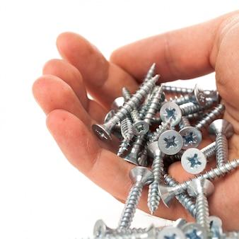 Silberne nägel in der menschlichen hand
