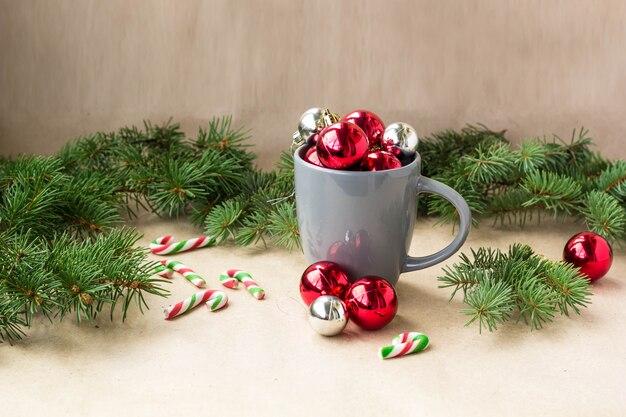 Silberne und rote weihnachtsdekorationsbälle in der schale mit tannenbaumweihnachten