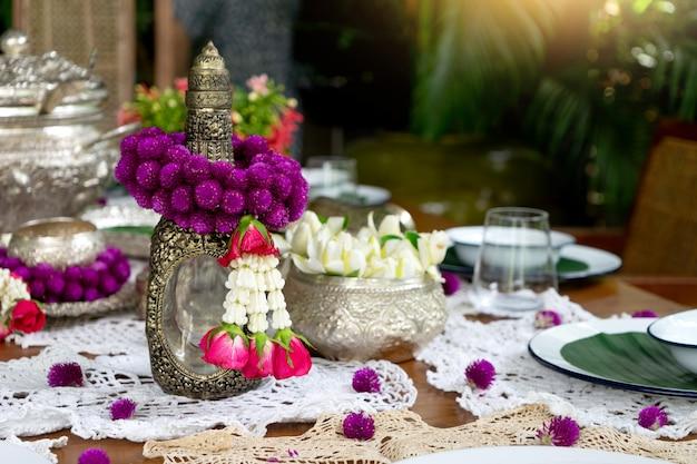 Silberne warengirlande der thailändischen lebensmitteltabellendekoration