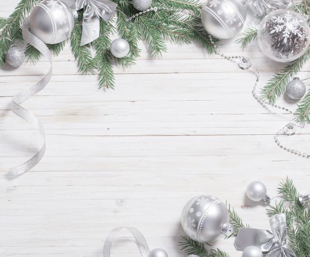 Silberne weihnachtsdekoration auf hölzernem hintergrund