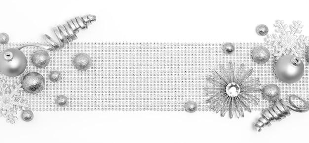 Silberne weihnachtsdekoration auf weiß
