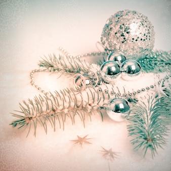 Silberne weihnachtsdekorationen, abgetöntes bild