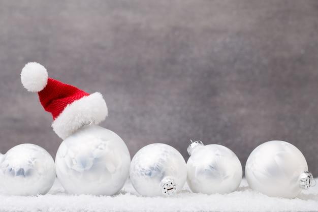 Silberne weihnachtskugeln auf glänzendem hintergrund