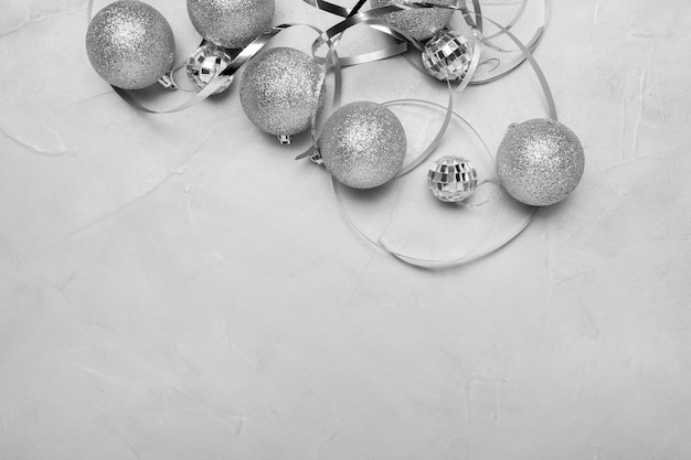 Silberne weihnachtsverzierungen auf weißem tisch