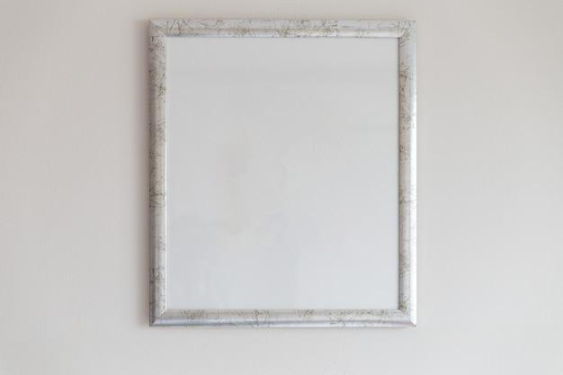 Silberner bilderrahmen auf weißer wand