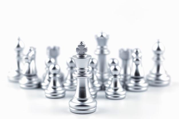 Silberner könig im schachspiel mit konzept.