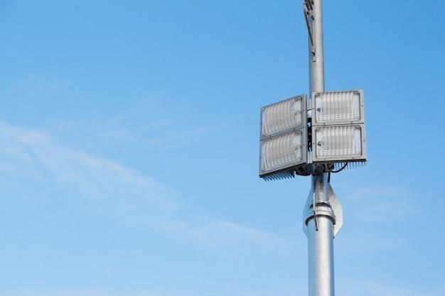 Silberner laternenpfahl mit einer led-lampe auf der rechten seite