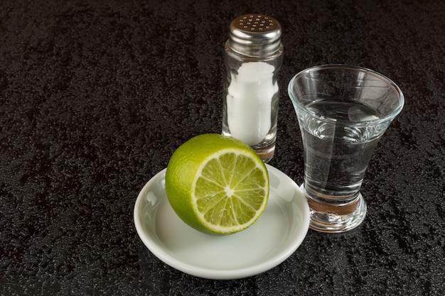 Silberner mexikanischer tequila mit kalk