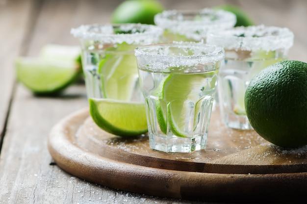 Silberner mexikanischer tequila mit limette