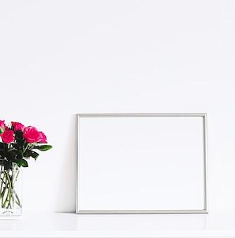 Silberner rahmen auf weißen möbeln, luxuriöse wohnkultur und design für mockup-posterdruck und druckbare kunst-online-shop-vitrine