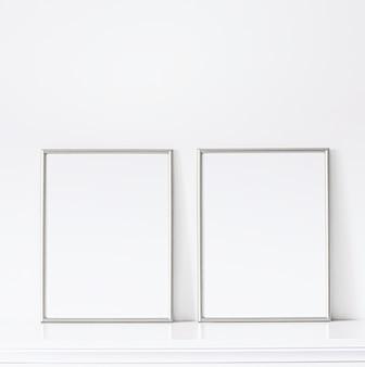 Silberner rahmen auf weißen möbeln, luxus-wohnkultur und design für mockup-posterdruck und druckbare ...