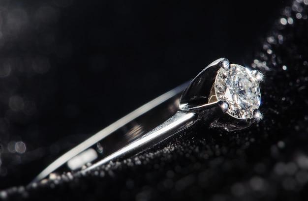 Silberner ring auf schwarzem hintergrund