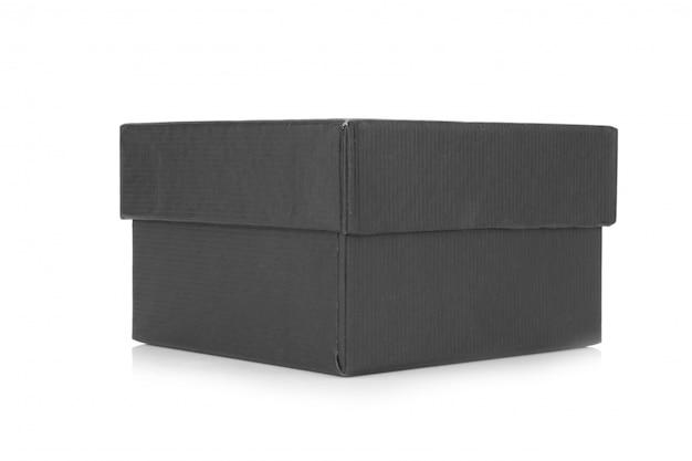 Silberner ring in der schwarzen geschenkbox lokalisiert auf weißem hintergrund