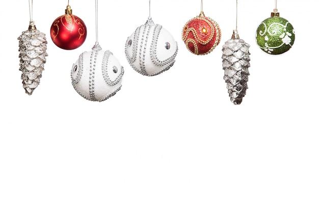 Silberner, roter, grüner flitter des weihnachtsneuen jahres für den weihnachtsbaum lokalisiert auf weiß