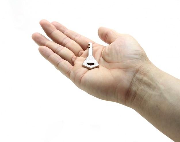 Silberner schlüssel in der hand