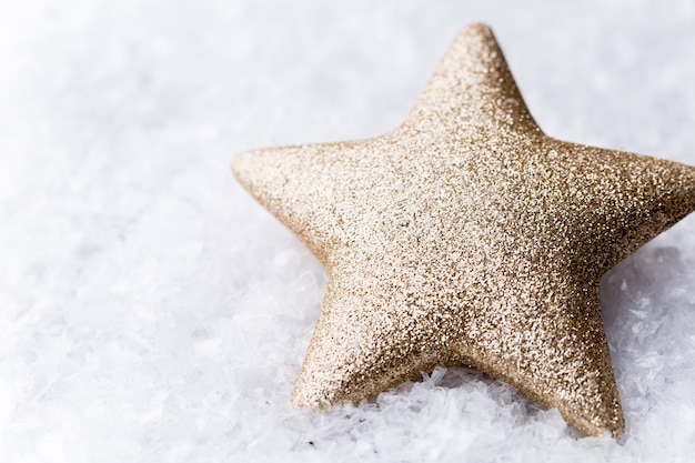 Silberner stern mit weihnachtskugeln auf dem funkelnden hintergrund.