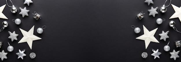 Silberner weihnachtsdekoflitter auf schwarzem
