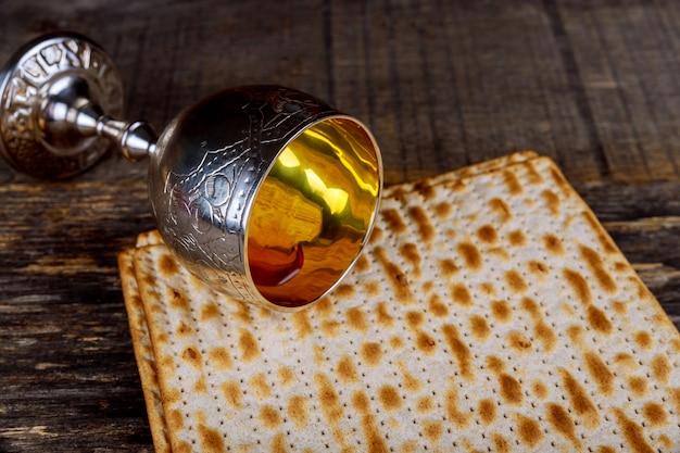 Silberner weinbecher mit mazza, jüdische symbole für den passahfest in pesach. passah-konzept