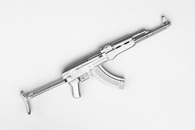 Silbernes ak47-sturmgewehr isoliert auf weißem hintergrund