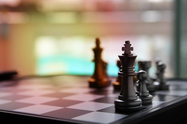 Silbernes königschach mit schachfiguren an bord mit aufflackernlicht, kopienraum