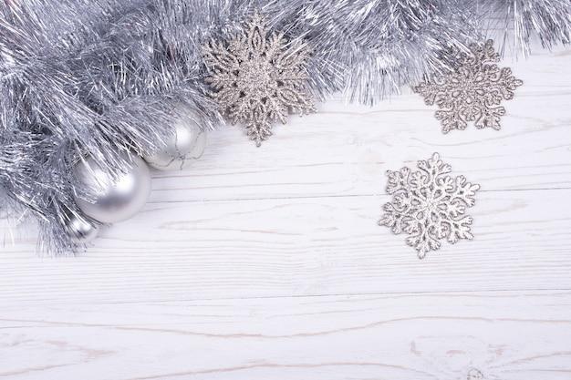 Silbernes lametta, weihnachtskugeln und schneeflocken