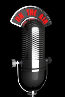 Silbernes vintage-mikrofon mit on the air-zeichen auf schwarzem hintergrund